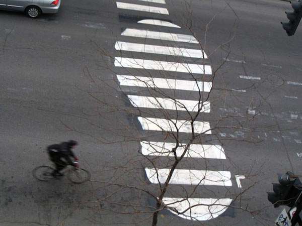 Ευρηματικές παρεμβάσεις σε διαγραμμίσεις δρόμων!